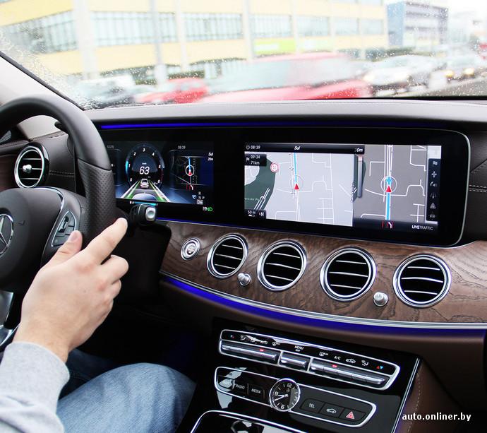 Приборная панель в «базе» - аналоговая, а экран мультимедийной системы не 12,3 дюйма (как на фото), а 8,4 дюйма (от самой дорогой версии W205). Можно, кстати, заказать базовую «приборку» и топовый экран мультимедийной системы. Немцы понимают, что не каждый водитель готов смотреть на экран вместо стрелок