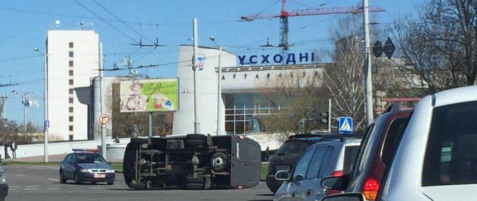 Водитель микроавтобуса проехал на красный на круговом перекрестке возле автовокзала «Восточный» и столкнулся с Kia