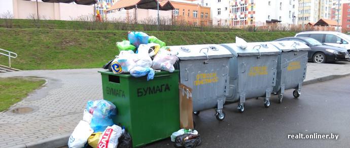 Минчане о новых контейнерах: теперь выбрасывать мусор в пакетах стало невозможно, мы откажемся от раздельного сбора