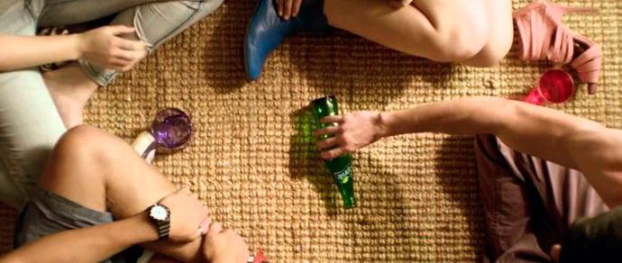 Играть в бутылочку между ногами