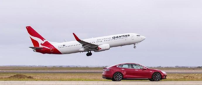 Кто быстрее — Tesla или Boeing 737? Австралийцы сравнили электромобиль с гражданским самолетом