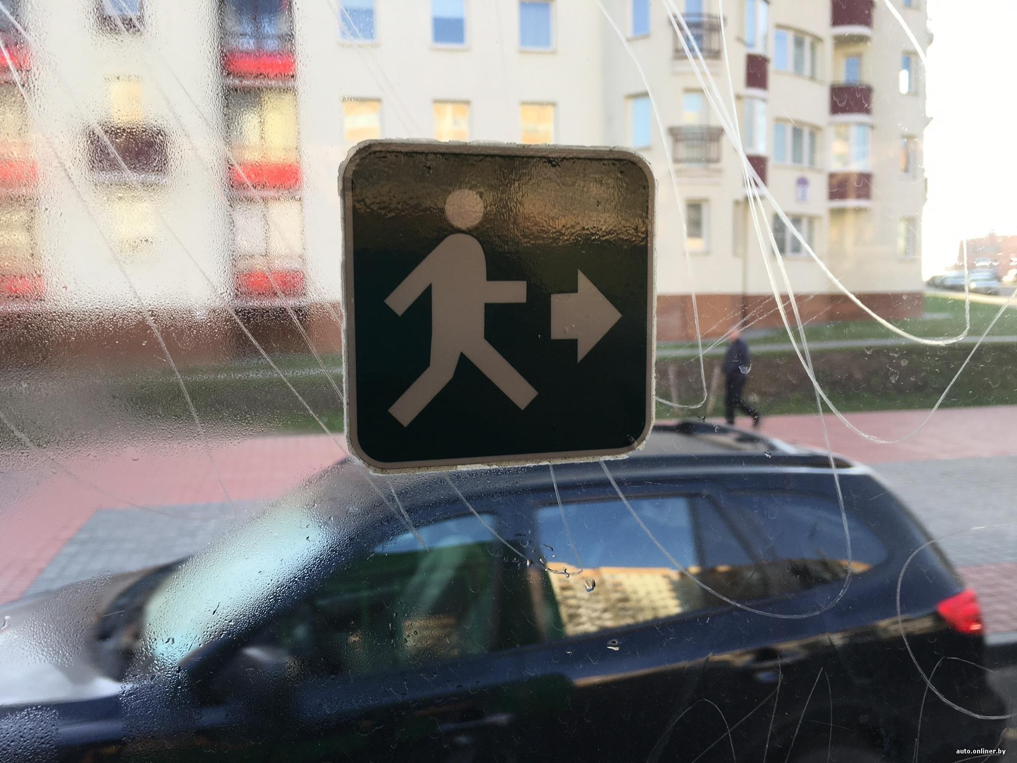 видео в машине на светофоре пацан залез девушке под платье