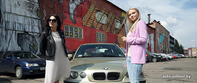 Чувак катает блондинку на машине