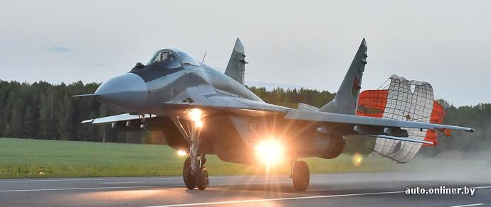 Репортаж: на трассу М4 садились боевые самолеты. Впервые в темное время суток - Авто onliner.by