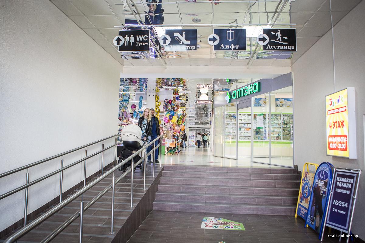 7186c1219879 На первом этаже есть стеклянные боксы и островки. Назвать этот этаж  предназначенным для одежды нельзя, потому как одежды здесь совсем мало и  соседствует она ...