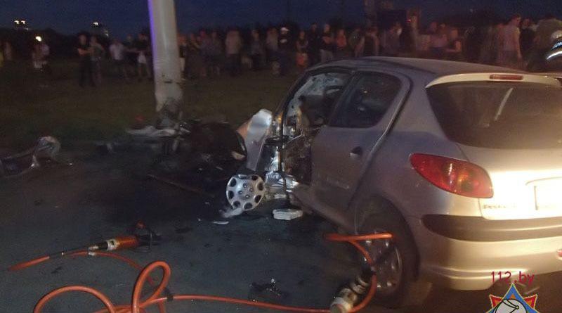 минск: водитель peugeot погиб, врезавшись в столб