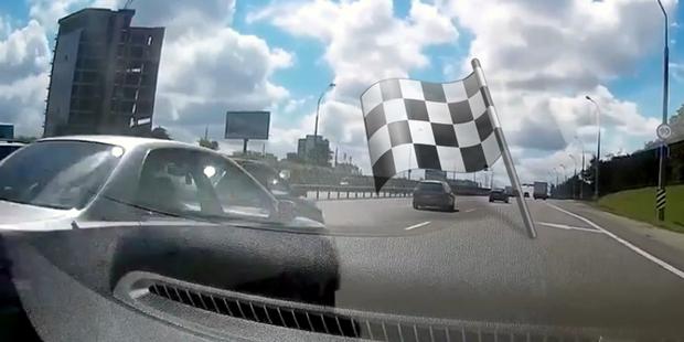 «Один за другим гонится»: двое водителей устроили скоростной заезд в плотном потоке на МКАД