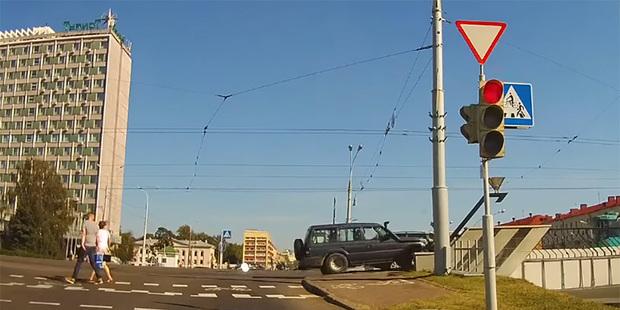 Камера зафиксировала, как в Минске внедорожник «запрыгнул» на полуметровое ограждение. Водитель был сильно пьян