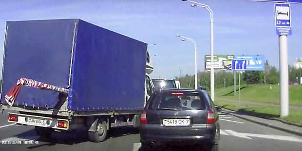 На Партизанском проспекте водитель грузовика резко обошелся с Opel. Его привлекут за создание аварийной обстановки