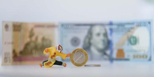 Свежие курсы: доллар растет на фоне падения российского рубля