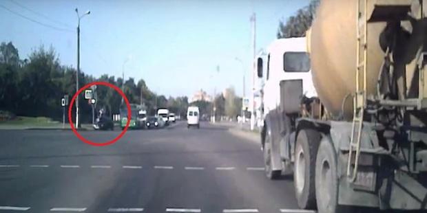 Ехал, потом взлетел. Машина сбила велосипедиста, когда тот переезжал дорогу по «зебре»