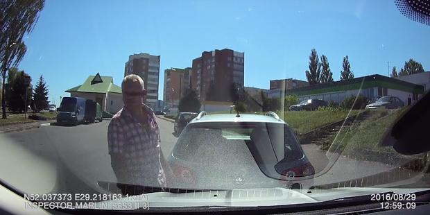 Мозырь: водитель Volkswagen въехал задним ходом в другой автомобиль и скрылся. Позже уверял, что въехали в него
