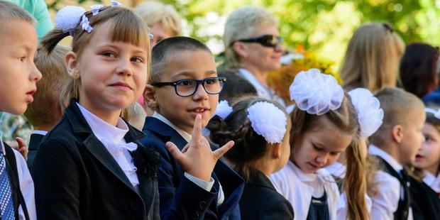 Слезы и улыбки на празднике детства. Трогательный фотофакт с первого звонка в столичной школе