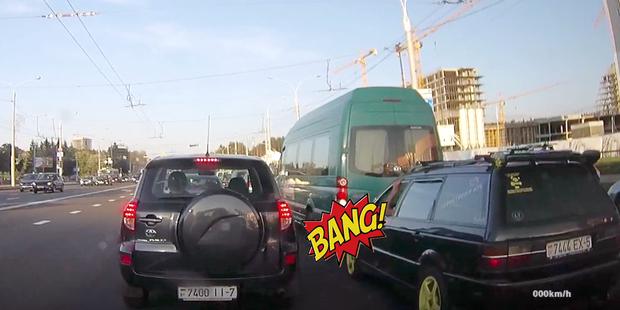 Ударил и уехал: водитель микроавтобуса откатился в Volkswagen на светофоре