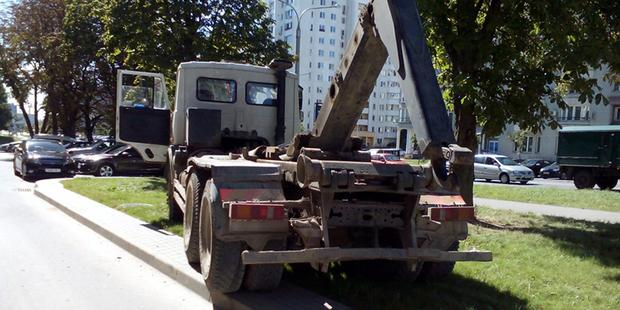 Во дворе новостройки укатился МАЗ. Проехал несколько подъездов, разбил два авто и заскочил на бордюр