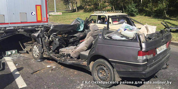 На въезде на МКАД Peugeot влетел под фуру. У легковушки срезало крышу