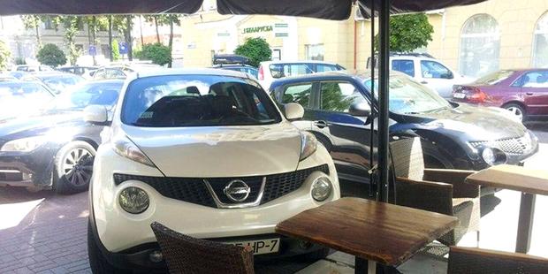 Здесь свободно? Блондинка не нашла где припарковаться и оставила машину у столика в кафе