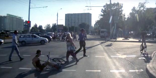 Велосипедисты на проезжей части не остановились на красный сигнал светофора и столкнулись на пешеходном переходе