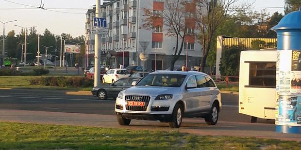 Удобно? Водитель Audi Q7 припарковался на автобусной остановке