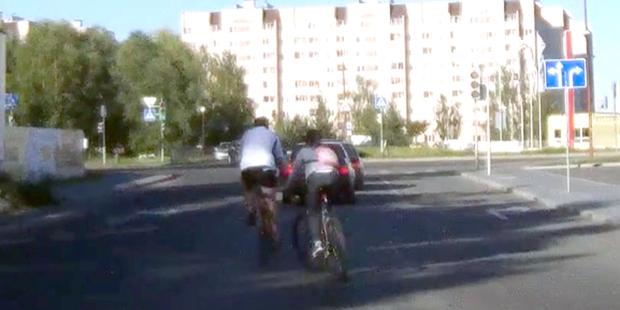 Водитель: папаша-велосипедист с ребенком ехали по проезжей части. В ответ на замечание он ударил ногой по машине