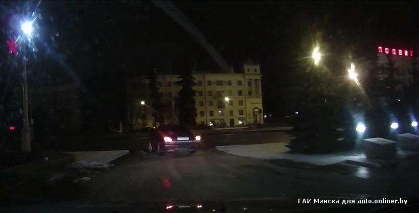 Женщина присела возле авто пописать фото 57-670
