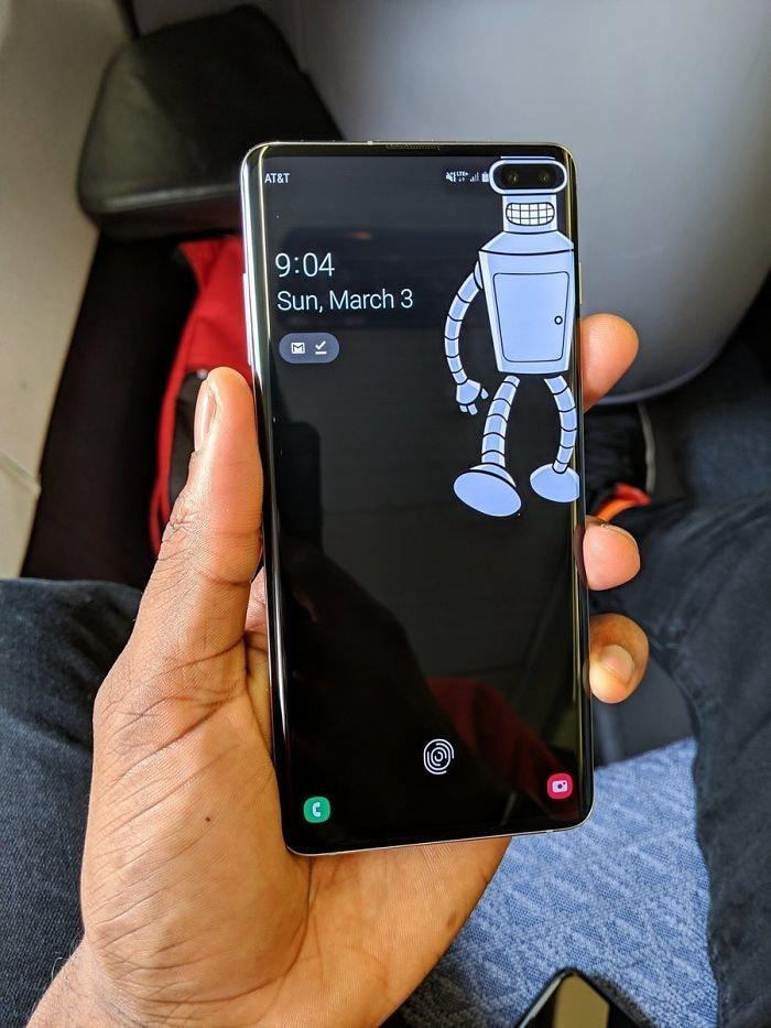 Надоели «дырки» в экране смартфона? Народ приспособил обои для этих