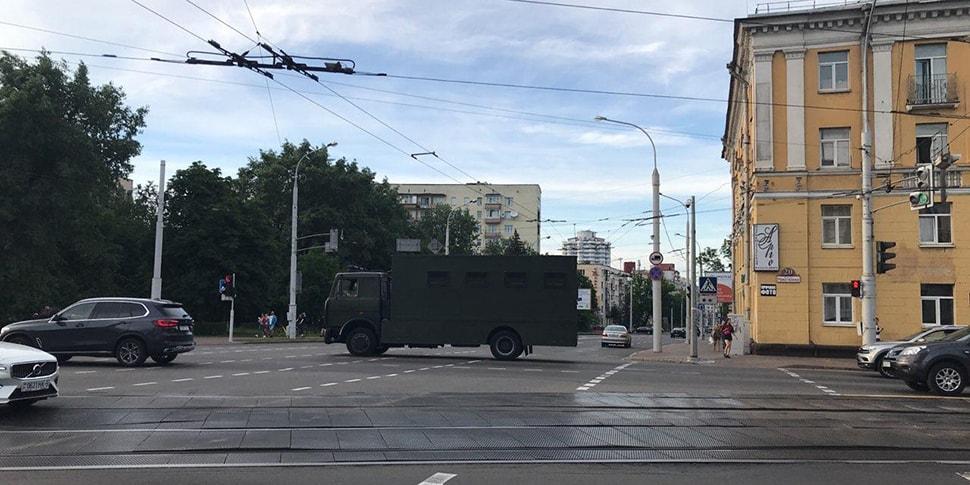 В Минске люди стали в очередь у объявившего о закрытии магазина. Приехал автозак, есть задержанные