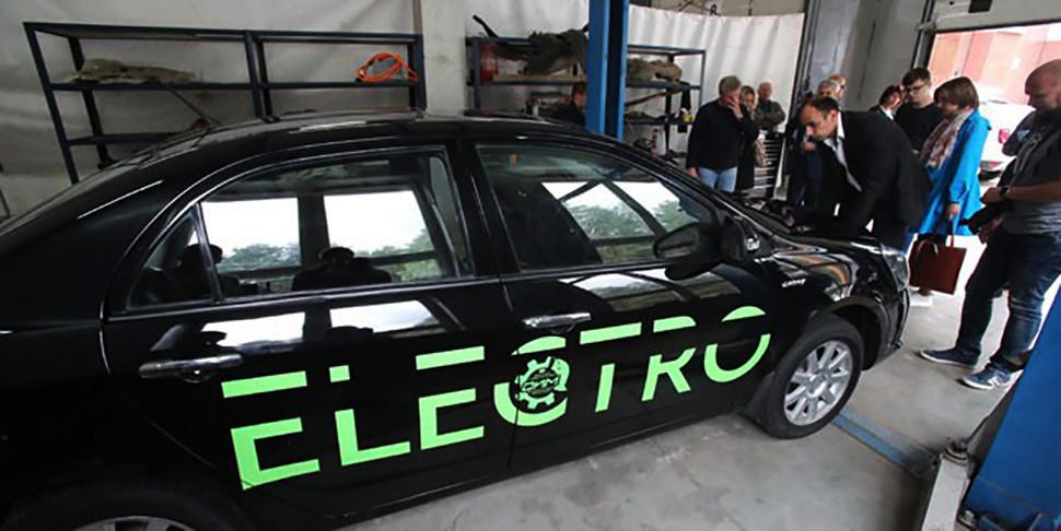 В НАН показали первый белорусский электромобиль