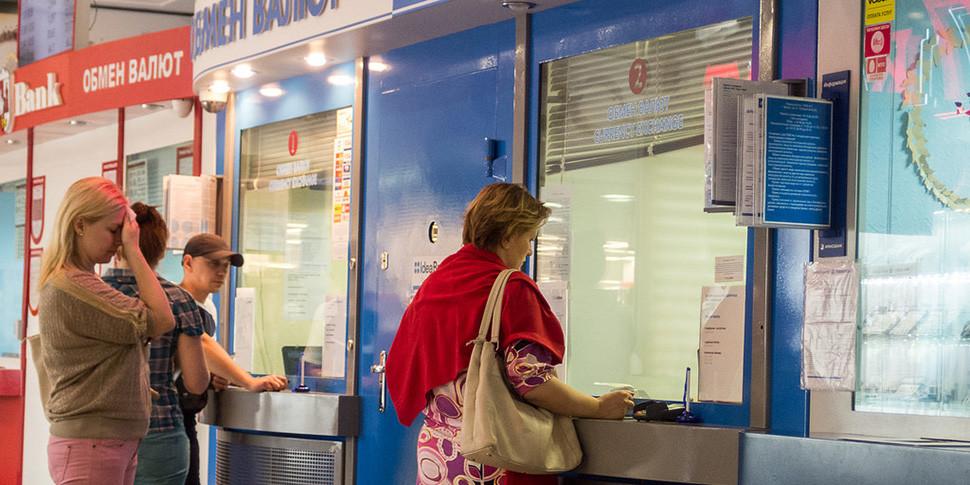 Доллар и евро набрали больше двух копеек, российский рубль потерял три. Что происходит?