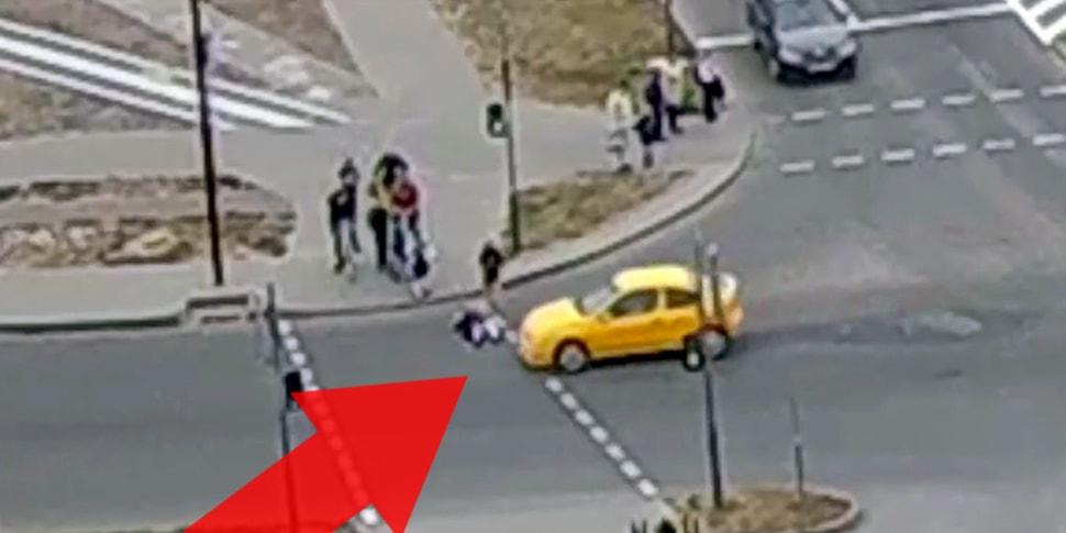 Чудесное спасение на переходе: ребенок упал и поэтому не попал под машину