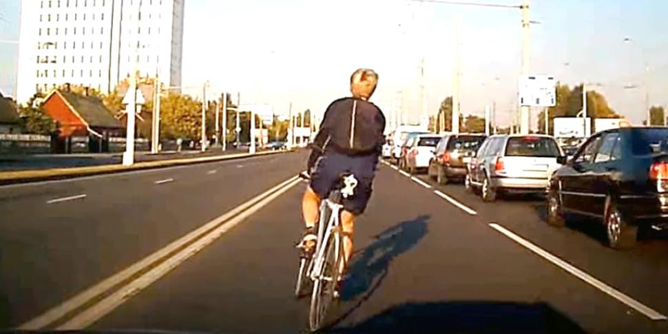 ГАИ просит оказать содействие в установлении личности дерзкого велосипедиста