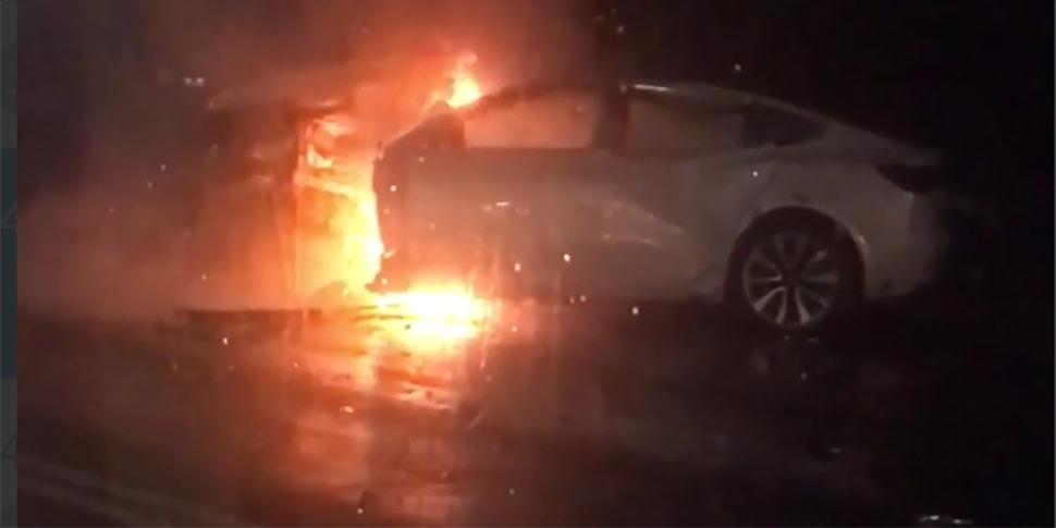 Tesla врезалась в столб и загорелась