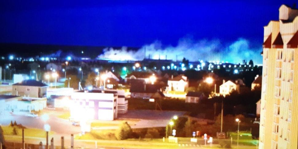 В Барановичах горит мебельная фабрика