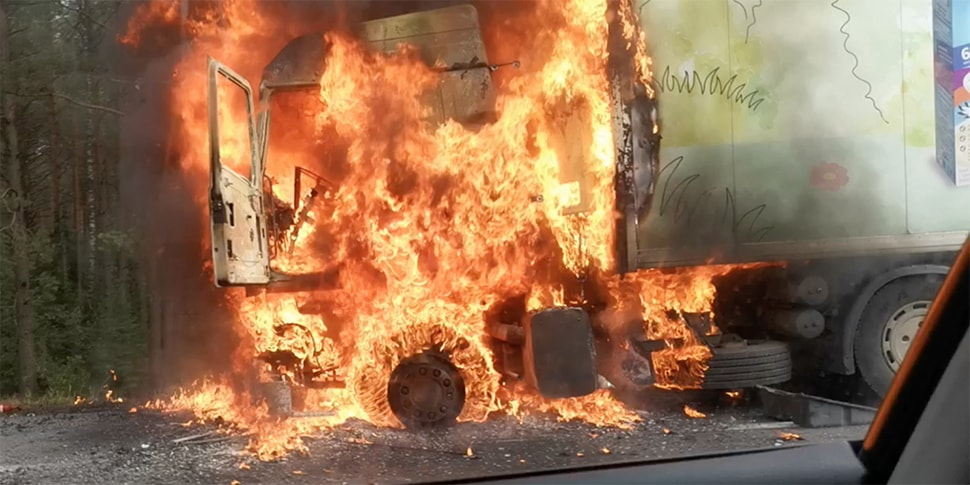 На трассе M1 открытым пламенем горела фура