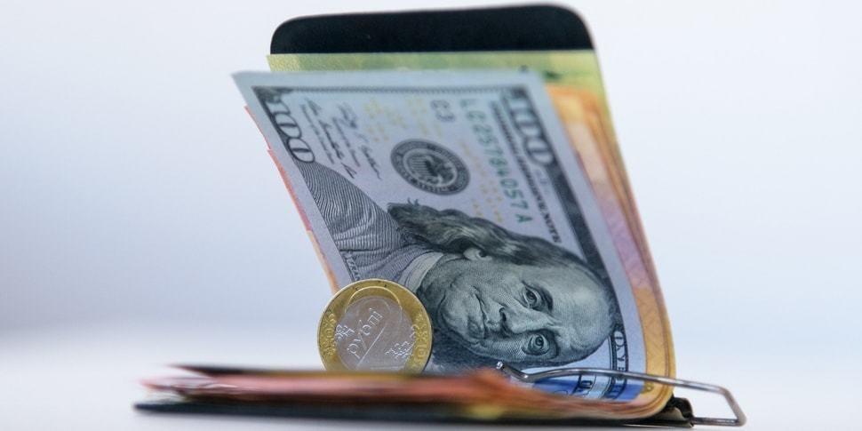 Доллар и евро с ходу потеряли больше 2 копеек, российский рубль набрал больше 4