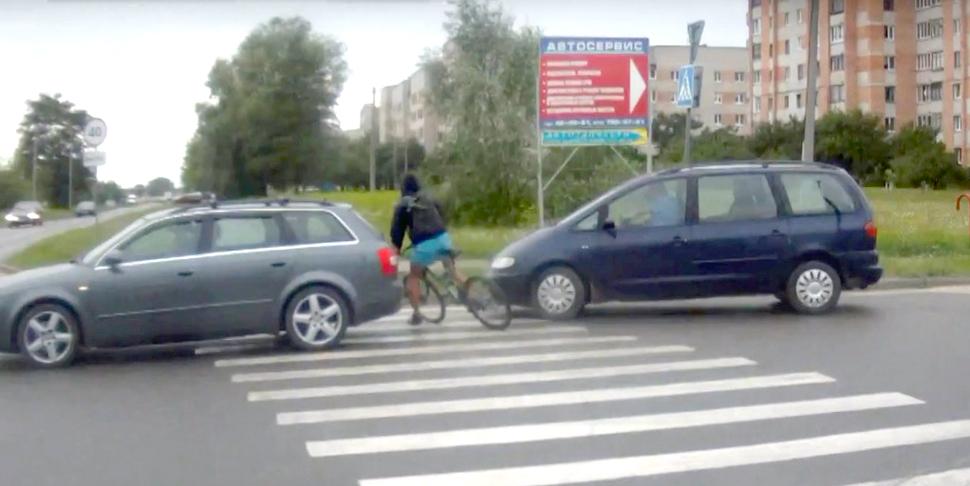Велосипедист, не спешившись на переходе едва не попал под машину