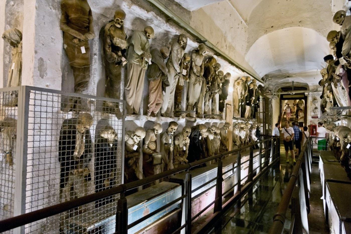 Самые жуткие места мира. Смотрим на подземелья, где лежат сотни живых  мертвецов
