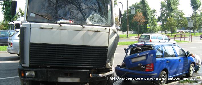 Минск: на ул. Кижеватова занесло МАЗ — повреждены две легковушки