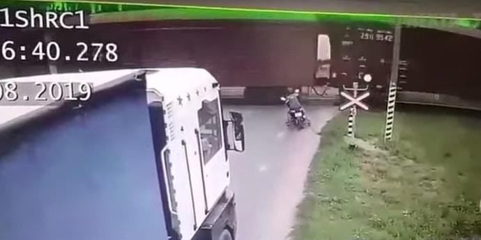 Появилось видео аварии с подростком на скутере и поездом(видео)