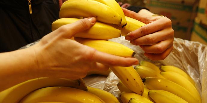 парень имеет девушку бананом