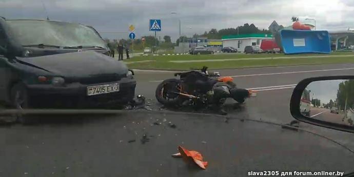В Гомеле мотоциклист попал в больницу после столкновения с машиной, которая выезжала с заправки(видео, дополнено)