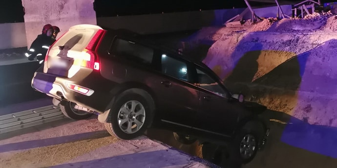 Volvo перелетел через один ров на ремонтируемом участке дороги и врезался во второй