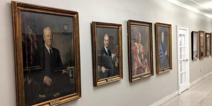 Исторические портреты белых мужчин негативно сказываются на студентах Йельской школы медицины