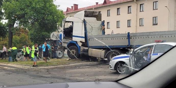 Авария на Партизанском проспекте: автопоезд вылетел с дороги