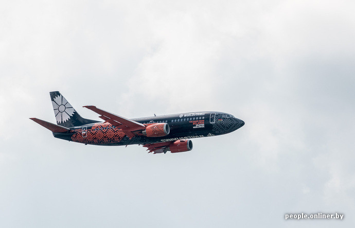 nouvel avion belavia noir et orange couleurs world of tanks dans le ciel