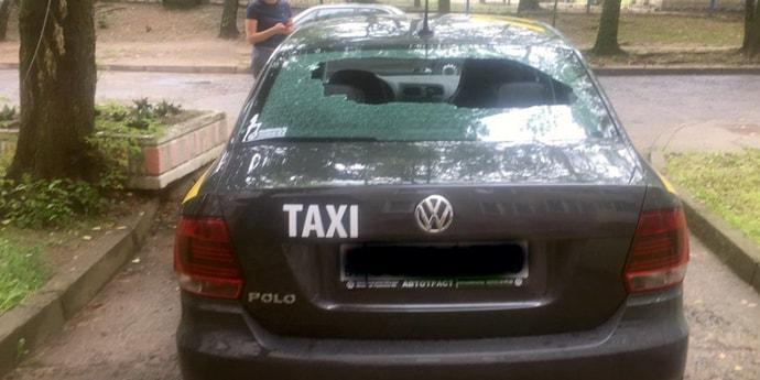 Парень забросал болтами припаркованное возле подъезда такси. Возбуждено уголовное дело
