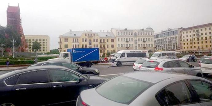 На проспекте Независимости маршрутка врезалась в почтовый грузовик (видео)