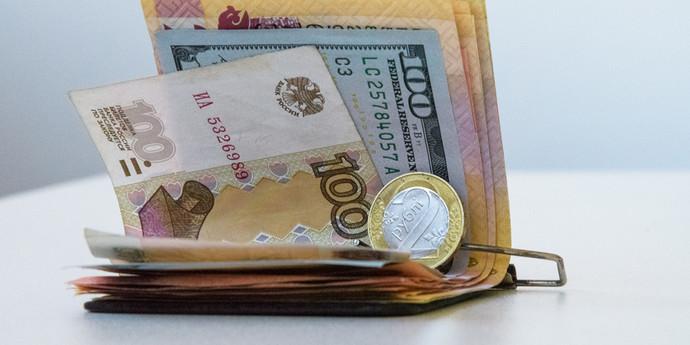 Курсы валют: с начала торгов евро значительно подорожал