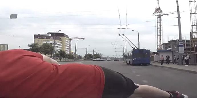 Велосипедист появился из ниоткуда. Видео момента наезда(видео)