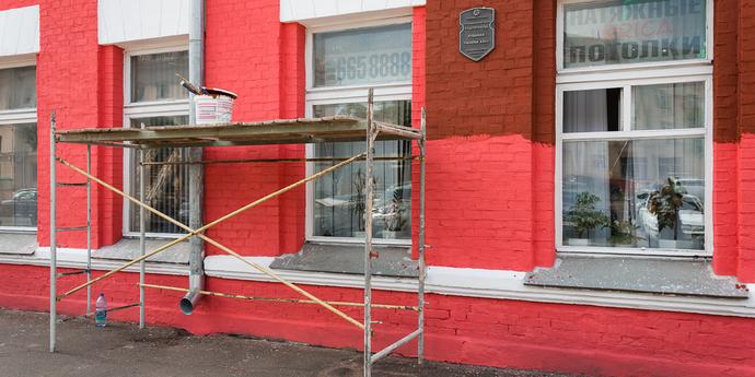 Фотофакт: историческое здание на проспекте Машерова, которое недавно стало ярко-розовым, перекрашивают обратно